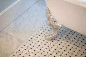 Bathtub claw foot